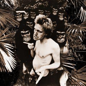 Näyttelijä Kari Sorvali on apinain Tarzan.