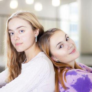 Skådespelarna Julia Malmsten och Antonia Holmberg i dramaserien Seriöst!?