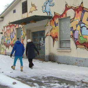 Jim Björni och Camilla Forsén-Ström framför graffitivägg