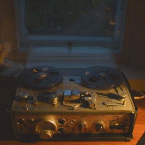 Kuvituskuva Radio Variaation feature-ohjelmaan Jürgensonin taajuus. Kuvassa vanha magnetofoni.