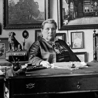 Lucina Hagman kodissaan vuonna 1922.