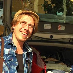 Jeppe Karlsson samlar upp kläder för flyktingarna