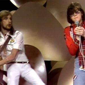 """Mikko Alatalo laulaa, kitarassa Pertti """"Veltto"""" Virtanen (1977)."""