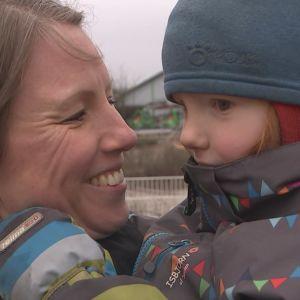 Stina Heikkilä som har sin son i famnen.