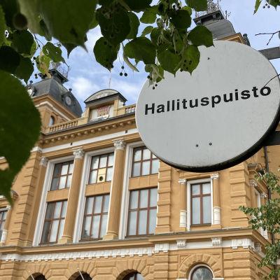 Oulun kaupungintalo Hallituspuistossa