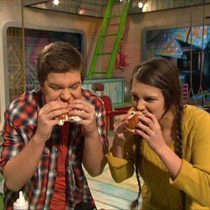 Mimosa ja Robert maistavat laskiaispullaa 2012.