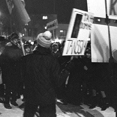 Nuorison mielenosoitus rukouslauantain tanssikieltoa vastaan Jyväskylässä.
