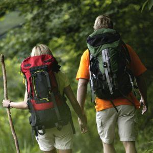 Kaksi retkeilijää metsässä