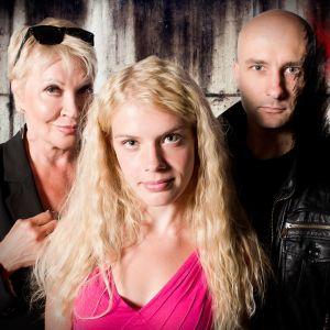 Pet Shop on kuusiosainen aikuisten kauhusatu. Kuvassa Hannele Lauri (roolinimi Femme Fatale), Alina Tomnikov (roolinimi Kultakutri) ja Herra Ylppö (roolinimi Saatana).