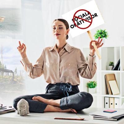 Kvinna sitter på sitt arbetsbord och mediterar.