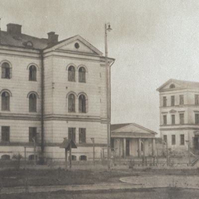 Åbo museicentrals svartvita bild med taggtrådsstängsel kring Sirkkala kasern, som 1918-23 var fångläger efter inbördeskriget.