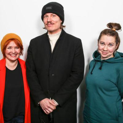 Vasemmalla laulaja Irina, keskellä laulaja Keko Salata ja oikealla Ylen Laura Korhonen.
