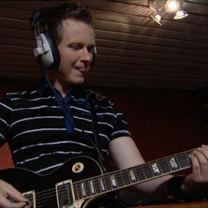 Jari soittaa kitaraa 2008.