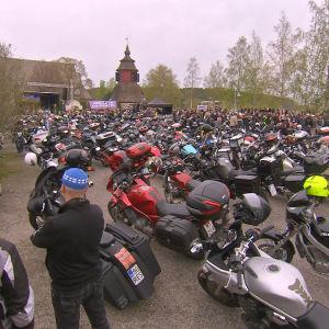 Motorcyklar och motorcyklister vid Lundo kyrka.