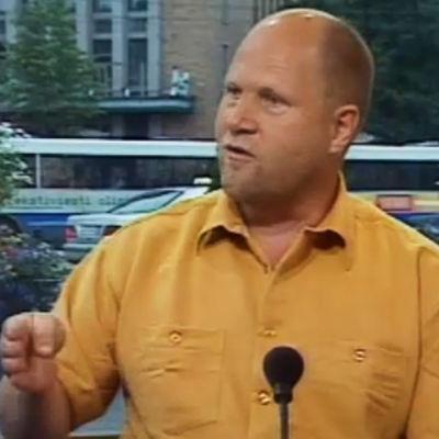 Ohjaaja Markku Pölönen Aamu-tv:ssä haastateltavana.