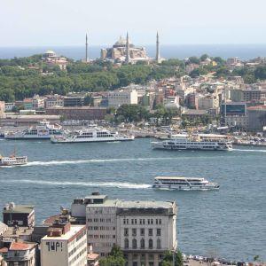 Laivaliikennettä Istanbulissa.