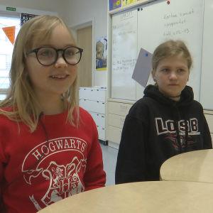 två flickor i skolklass