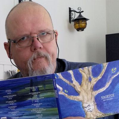 Kari Tamminen levynsä kanssa