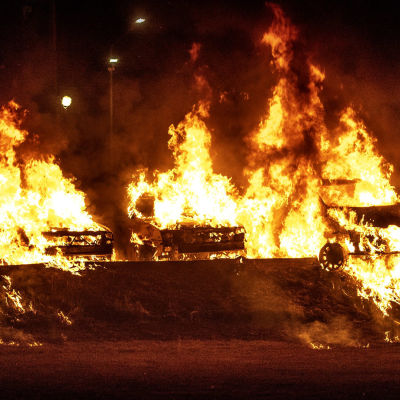 Bilar står i brand i Trollhättan i augusti 2018.