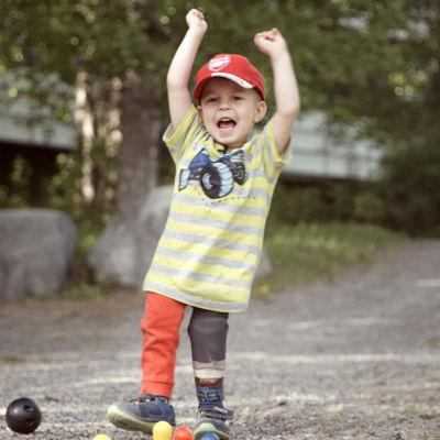 Luca-Emil Mykkänen tuulettaa pihalla kaadettuaan pelissä keiloja.