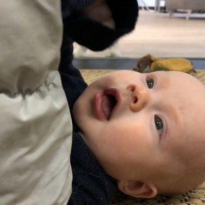 Pieni vauva lähikuvassa kintaat kädessä