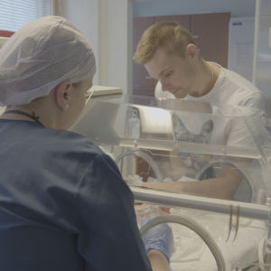 Lari-Matti tapaa ensimmäistä kertaaa vastasyntyneen lapsensa.