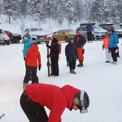 Turisteja Saariselän hiihtohissijonossa.