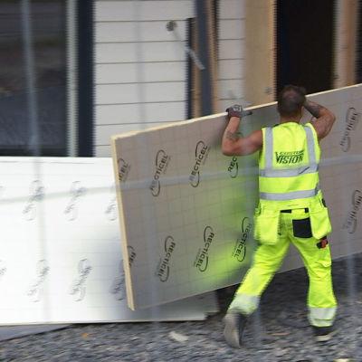 Työntekijä rakennustyömaalla