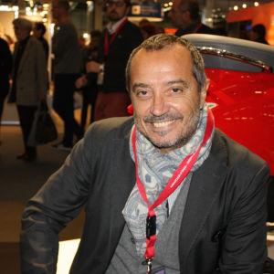 Italialainen toimittaja-kirjalija Franco Di Mare Helsingin kirjamessuilla, takana ihmisvilinää.