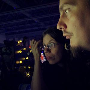 Nainen ja mies katsovat tietokoneen ruutua keskittyneesti.