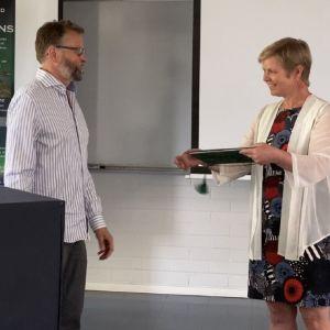 Atte Korhola ja Krista Mikkonen kansallispuistotyöryhmän loppuraportin luovutustilaisuudessa