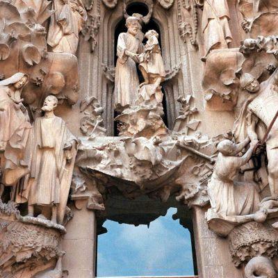 Lähikuva Gaudín Sagrada Familia -kirkon julkisivun veistoksista.