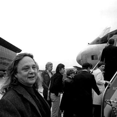Kalevi Keihänen Helsinki-Vantaan lentoasemalla seuraamassa lentokoneeseen meneviä seuramatkailijoita (1970).