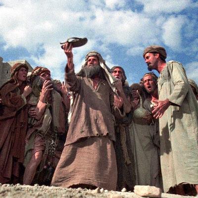 Väkijoukko palvoo kenkää. Kuva Monty Python -elokuvasta Brianin elämä.