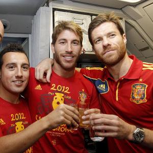Espanjalaiset pelaajat juhlivat
