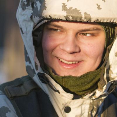 Kainuun prikaatin alokas Joel Kinnunen hymyilee.
