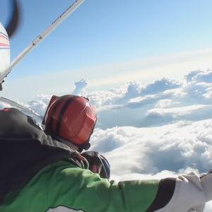 Tuhkimotarinoiden Eija hyppää lentokoneesta, laskuvarjohyppy