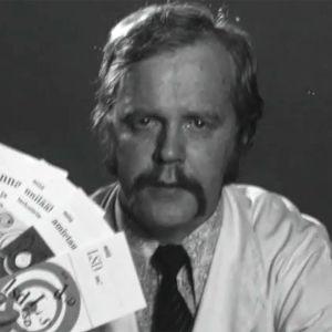 Lääkärintakissa oleva näyttelijä Tauno Karvonen esittelee huumeista kertovia valistuskirjasia tietoiskussa vuonna 1971.