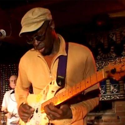 Kitaristi Badu Ndjai soittaa (2005).