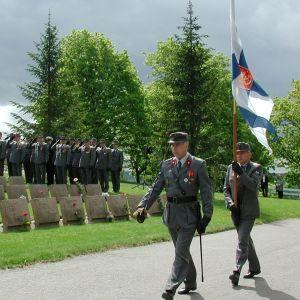 Puolustusvoimain lippujuhlan päivä Tampereen Kalevankankaan hautausmaan sankarihaudalla vuonna 2001