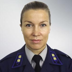 En kvinna i militärisk löjtnantklädsel.