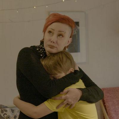 Joensuulainen Jonna halaa poikaansa Onnia.