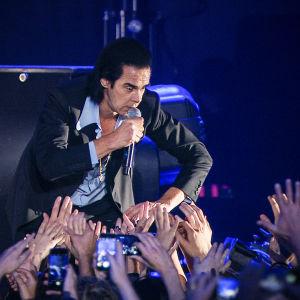 Nick Cave lavalla 2017. Kuva konserttielokuvasta Distant Sky.