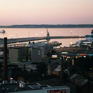 Vy över hamnen i Tallinn.