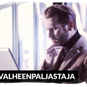 Kuvassa on mies, joka katsoo mietteliäänä tietokoneen ruutua