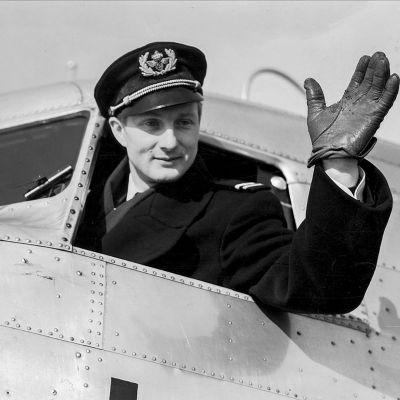 Von Rosen vinkar från öppet fönster i cockpit.