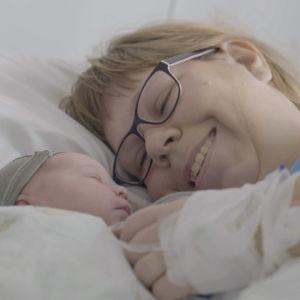 Nina katselee vastasyntynyttä tytärtään.