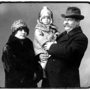 Emil ja Hellin Sivori pienen Jouko-poikansa kanssa.
