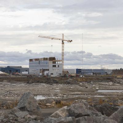 Pyhäjoen ydinvoimalan hallintorakennusta rakennetaan.