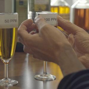 Silvervatten av olika styrka i glas.